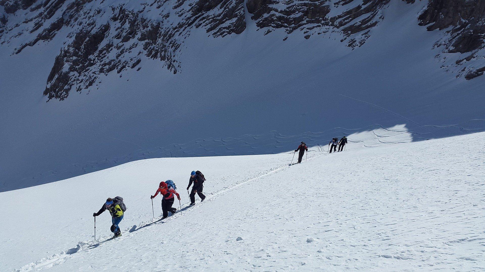 esquiadores de montaña