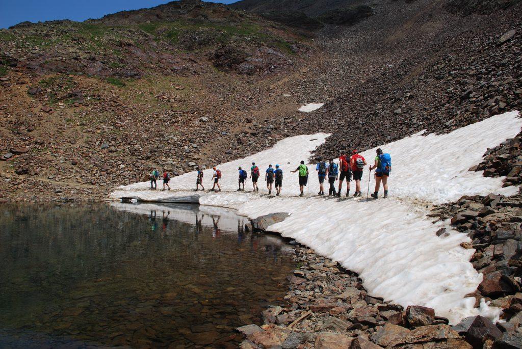 Grupo de personas haciendo trekking en la montaña